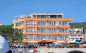 Ранни Записвания Лято 2019 на Първа Линия, Оферта Полупансион до 03.07 в Хотел Ирис, Свети Влас