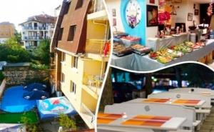 Нощувка на човек със Закуска, Обяд и Вечеря + Басейн в Семеен Хотел Грийн Палас, <em>Китен</em>