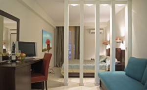 На 20 Метра от Плажа в Хотел Regina Mare - <em>Олимпийска Ривиера</em> за Една Нощувка със Закуска и Безплатен Интернет през Май / 01.05.2019 - 31.05.2019