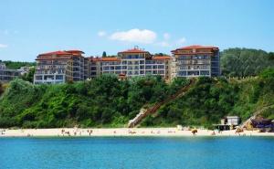 Цяло Лято на Първа Линия в Бяла! All Inclusive + Басейн, Шезлонги и Чадър на Плажа в Хотел Бяла Бийч Ризорт!