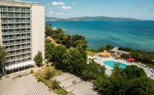 Лято в Хотел Кремиковци, на 1-Ва Линия в <em>Китен</em>! Нощувка на човек със Закуска + Басейн, Шезлонг и Чадър