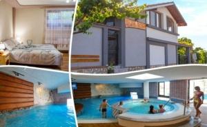 Релакс в Сапарева баня! Нощувка на човек със закуска и вечеря в къща за гости Джули + 3 МИНЕРАЛНИ басейна и СПА зона в Аква клуб Котвата