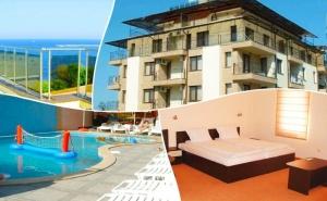 Късно лято на ПЪРВА линия в <em>Китен</em>! Нощувка за двама, четирима или петима + басейн и джакузи от хотел Хармани