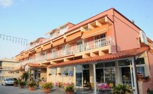 Май и Юни на Метри от Плажа във Фанари, Гърция! Нощувка на човек в Двойна, Тройна или Четворна Стая в Хотел Villa Theodora!
