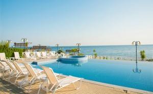 Лято на Брега на Морето в Ахтопол! Нощувка със Закуска + Два Басейна в Хотел Ескада Бийч!