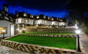 Пролет в <em>Огняново</em>! Нощувка на човек със Закуска и Вечеря + Топъл Външен и Вътрешен Минерален Басейн в Хотел Спа Оазис