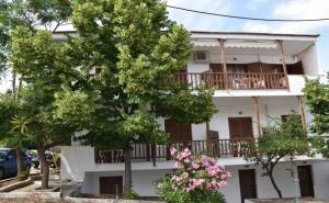 Лято 2019 в Метаморфози, <em>Халкидики</em> на 100 М. от Плажа! Нощувка на човек в Апартаменти за Гости Eco Corner, Гърция - Деца до 12Г. или Трети Възрастен - Безплатно