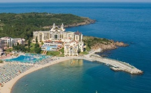 Почивка на Ол Инклузив с Безплатни Шезлонги и Чадъри на Плажа в Хотел Марина Роял Палас - Дюни,разположен на Самия Бряг,с Уникални Гледки Към Залива и Безкрайното Море  ...