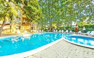 Нощувка на човек със закуска и вечеря + 2 басейна в хотел Сънрайз, <em>Приморско</em>