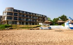 На Море през Юни на Първа Линия в <em>Черноморец</em>! Нощувка за Двама със Закуска и Вечеря + Чадър и Шезлонг на Плажа в Хотел Лост Сити!