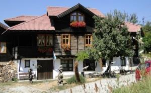 Нощувка за 14 или 16 Човека в Къщи Кандафери 1 и 2 в Типичен Еленски Архитектурен Стил - с. Мийковци, Край <em>Елена</em>