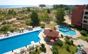 Лято на Първа Линия в Слънчев Бряг! Нощувка със Закуска + Басейни в Хотел Амфибия Бийч!