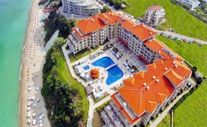 Лято на Първа Линия в Бяла! All Inclusive + Басейн, Шезлонги и Чадър на Плажа в Хотел Бяла Бийч Ризорт!