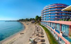 Лято на Първа Линия в Св.св.константин и Елена! All Inclusive + Чадър и Шезлонг на Плажа, 2 Басейна с Минерална Вода и Спа Зона в Хотел Сириус Бийч!