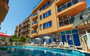 Нощувка на човек със закуска + отопляем басейн в хотел Дара***, <em>Приморско</em>