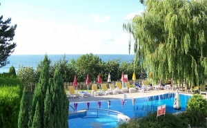 Юни, Юли и Август на 50М., от Плажа! Нощувка със Закуска и Вечеря* + Басейн в Хотел Рай, Между Каварна и <em>Балчик</em>!