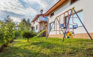 Нощувка за 8, 16 или 24 Човека в 3 Уютни Еднофамилни Къщи Краси Край Язовир <em>Батак</em>
