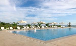 На Метри от Плажа с Чадъри и Шезлонги в Гърция - Хотел King Maron за Две Нощувки на човек със Закуска, Басейн и Паркинг / 01.10.2019 - 15.11.2019