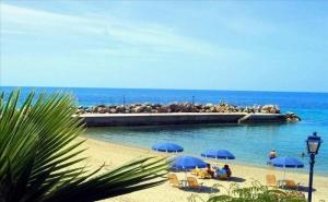 На 30 Метра от Плажа в Хотел Loutra Beach - Касандра, за Четири Нощувки със Закуска, Басейн и Интернет/ 18.06.2019 - 09.07.2019