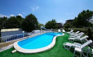 На Море Край <em>Варна</em>. Нощувка със Закуска + Басейн в Хотел Гардия, К.к. Чайка, Златни Пясъци!