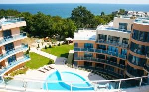 Късно Лято в <em>Обзор</em>! Нощувка на човек с Изхранване по Избор + Басейн, Чадър и Шезлонг на Плажа от Хотел Аквамарин,  <em>Обзор</em> - на 100 М. от Плажа!