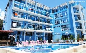Нощувка на човек със закуска и вечеря + басейн в хотел Китен Палас - на 5 минути от плажа!