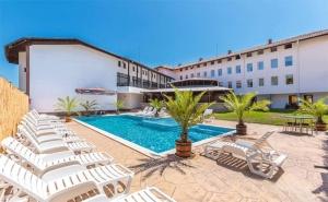 На море! Нощувка + басейн и джакузи през цялото лято в Хотел Черноморец, на 10мин. от плажа!