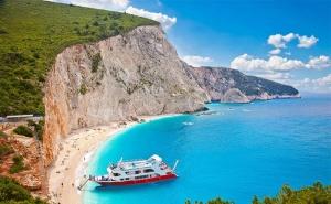 Юли и Август на Остров <em>Лефкада</em>, Гърция! 5 Дни/3 Нощвуки със Закуски в Хотел 2/3* + Посещение на Плажа с Вятърните Мелници - Агиос Йоанис с Далла Турс!