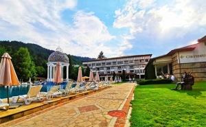 Лятна Почивка в <em>Девин</em>! Нощувка със Закуска + Басейни и Спа с Минерална Вода в Хотел Орфей 5*!
