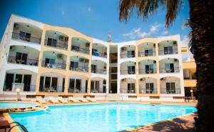 През Юли в Хотел Stavros Beach - Халкидики за Три Нощувки на човек със Закуска и Вечеря, на 100 Метра от Пясъчния Плаж на Касандра / 17.07.2019 - 31.07.2019