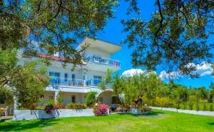 От 17.08 – 26.08 на 100 М. от Плажа в Посиди, <em>Халкидики</em>, Гърция! Нощувка на човек във Faros Apartments