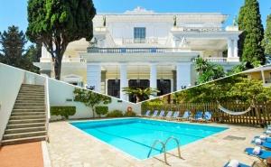 Нощувка на човек със Закуска + Басейн в Хотел Popi Star, на 200 М. от Плажа Гувия, Корфу в Гърция!