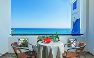 През Септември с 30 % Отстъпка на Закуска и Вечеря в Хотел Dolphin Beach - <em>Касандра</em>, Халкидики, за Една Нощувка на човек, Басейн и Интернет/ 09.09.2019 - 20.09.2019
