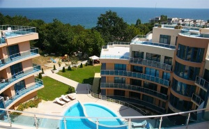Август на 100М. от Плажа! Нощувка със Закуска + Басейн, Шезлонг и Чадър на Плажа от Хотел Аквамарин, <em>Обзор</em>!