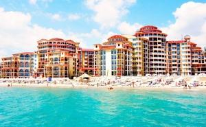 Море 2019 на Първа Линия в <em>Елените</em>! Нощувка на човек на База All Inclusive + Басейн, Аквапарк и Шезлонг и Чадър на Плажа от Хотел Атриум Бийч**** Дете до 12Г. - Безплатно