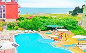 Нощувка на човек със Закуска и Вечеря + Басейн на 50 Метра от Плажа в Хотел Хит, <em>Равда</em>
