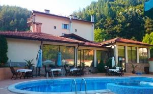 Почивка през Август Край <em>Троян</em>! Нощувка със Закуска и Вечеря + Басейн с Минерална Вода в Семеен Хотел Шипково!