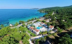 Края на Лятото в  в Хотел Esperides***  на о.<em>Тасос</em>, Гърция! Нощувка на човек със Закуска + Басейн на 30 Метра от Морето