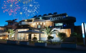 Нова Година в Паралия Катерини, Гърция! Транспорт, 3 Нощувки със Закуски и 2 Вечери от Хотел Yakinthos и Караджъ Турс