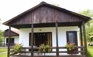 Нощувка за 2, 3 или 4 Човека + Ресторант, Механа и Още Удобства в Бунгала Лъки Край <em>Елена</em> - с. Долни Марян