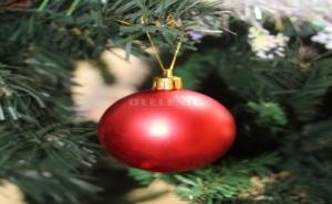 Ярко Червена Коледна Топка