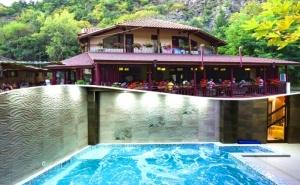 Нощувка на човек + минерален басейн и релакс зона в семеен хотел Вила Рай, Огняново