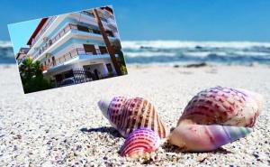Ранни Записвания за Море в Гърция 2020Г.! Нощувка на човек + Кухненски Бокс на 125 Метра от Пясъчен Плаж в Antique Тhe Hotel, <em>Олимпийска Ривиера</em>