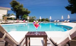 Лято 2020 в Криопиги, <em>Халкидики</em>, Гърция! Нощувка за Двама или Трима, Закуска по Избор + Басейн в Хотел Alkion
