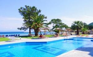 Семейна Почивка през Лято 2020 на 1-Ва Линия на о. <em>Тасос</em>! Нощувка със Закуска и Вечеря за Двама с Две Деца + Частен Плаж и Басейн от Хотел Rachoni Bay Resort