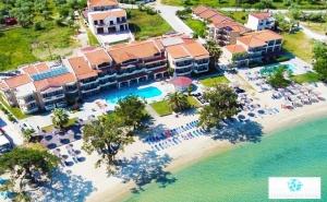 Ранни Записвания за Море на 1-Ва Линия на о. <em>Тасос</em>! Нощувка на човек в Делукс Стая със Закуска и Вечеря + Частен Плаж и Басейн от Хотел Rachoni Bay Resort