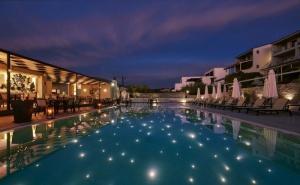Ранни записвания за море на Пефки, o.Евия! Нощувка за двама, трима или четирима със закуска + басейн на 500 м. от плажа в хотел Altamar***, Гърция
