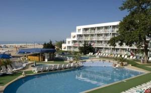 На Брега на Морето в Албена, Цена на човек Полупансион до 08.07 с Чадъри, Шезлони и Басейн от Хотел Калиопа