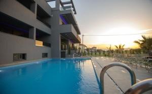 Ранни Записвания за Море в Паралия Катерини на Олимпийската Ривиера! Нощувка на човек със Закуска и Вечеря + Басейн в Хотел Yakinthos Hotel**, Гърция