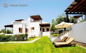 Ранни записвания за лято 2020 на 1-ва линия в Геракини, Халкидики, Гърция! Нощувка в самостоятелна къщичка с капацитет от 4 до 6 човека от комплекс Trikorfo Beach